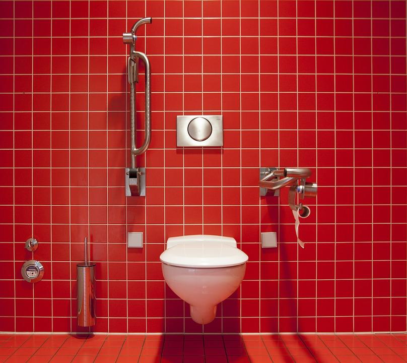 Salle de bain avec wc suspendu